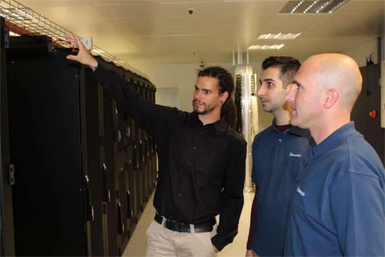 Die Profis von Compositiv begutachten einen Server im Rechenzentrum
