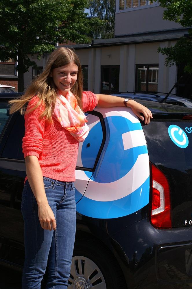 Unsere SPOC-Mitarbeiterin Marie Kristin vor einem Firmenfahrzeug