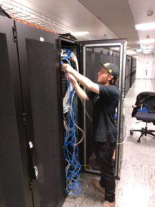 Johannes beim Ausbau eines Servers im Rechenzentrum