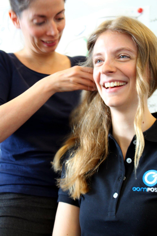 Erst das Styling, dann das Shooting. Marie Kristin wird von dem Make-Up-Artist aufgehübscht.