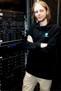 Martin vor den Serverracks in einem unserer Rechenzentren
