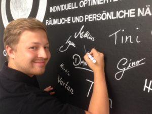 Unser neuer Kollege Walter unterzeichnet die  compositiv Visions-Wand